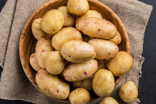 Органический картофель в миске