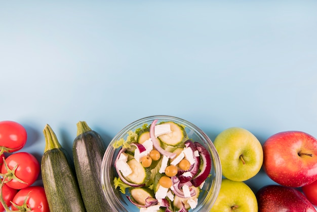 Вид сверху овощи, фрукты и салат с копией пространства