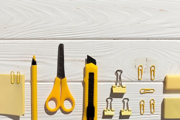 Расположение плоских желтых предметов