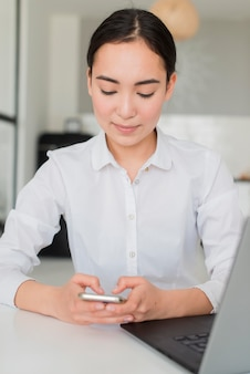 携帯電話を使用している女性