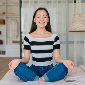 自宅で瞑想の肖像画の女性