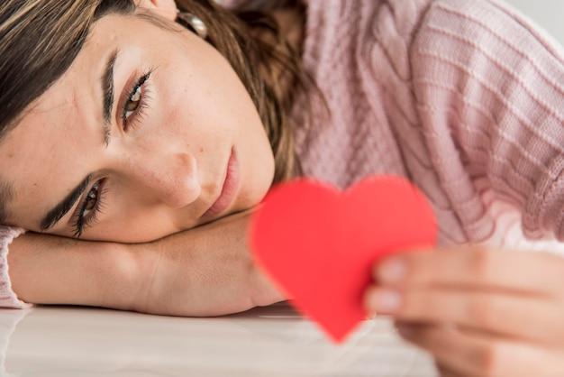 Крупным планом женщина держит сердце