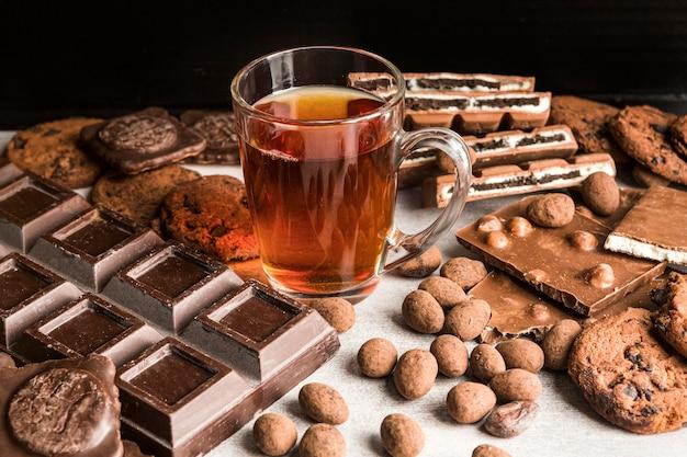 Высокий угол напитка с шоколадными конфетами