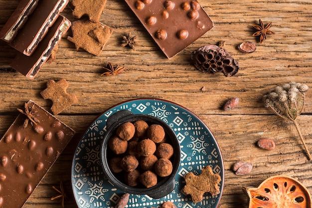 Вид сверху шоколадный батончик и сладости