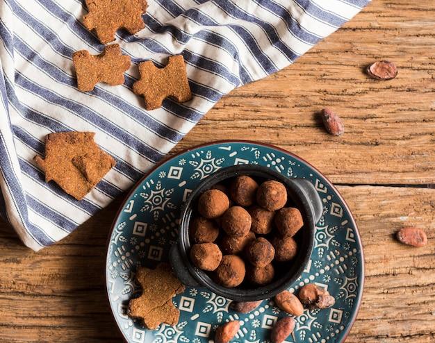 Вид сверху шоколадные конфеты и печенье