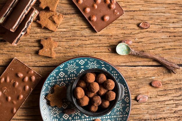 Вид сверху шоколадные батончики и конфеты с печеньем