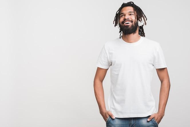 Вид спереди человек в белой футболке