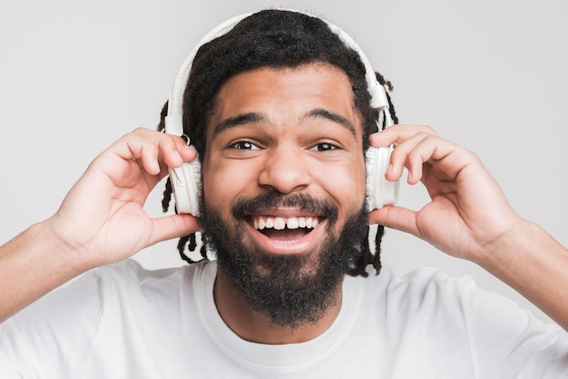 音楽を聞いている男性の肖像画