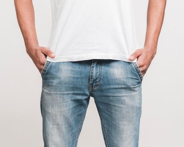 Мужчина среднего роста в повседневной одежде