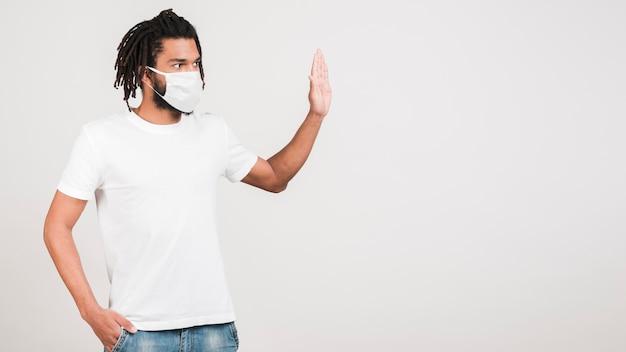 防護マスクを持つ正面男