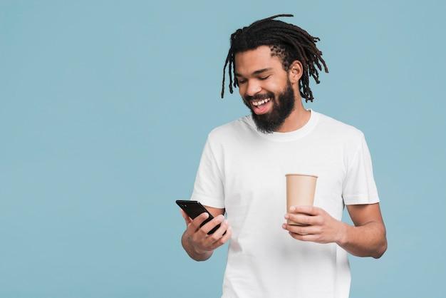 Человек смотрит на свой смартфон