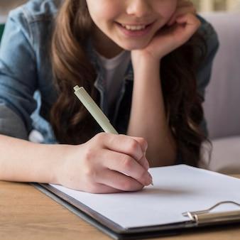 クローズアップの女の子を描く