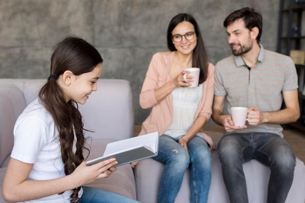 Дочь читает для родителей