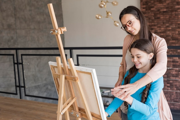 Девочка и мама урок рисовать