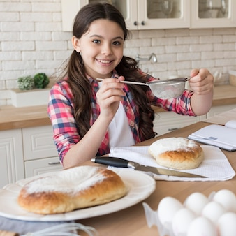 Улыбающаяся девушка в домашней кухне