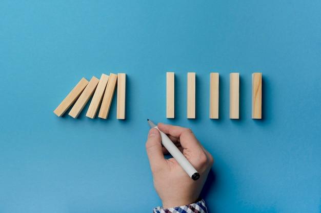 ポーズで落ちる木製のブロック