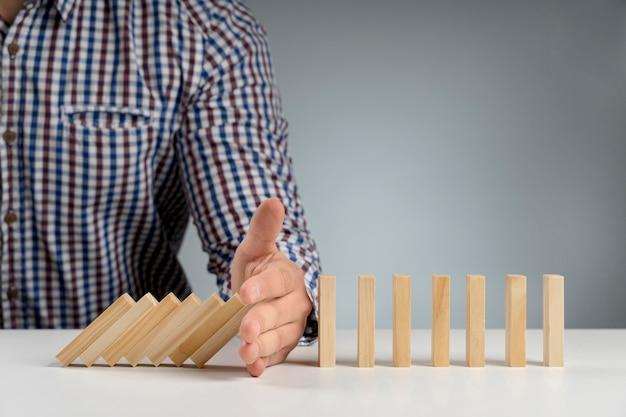 ドミノ木製ブロックが一時停止します