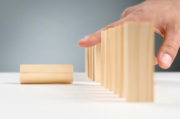 机の上の木製のブロックをクローズアップ