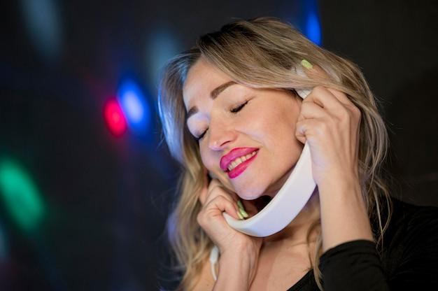 ヘッドフォンでパーティーで女性