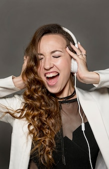 ヘッドフォンで歌う女性