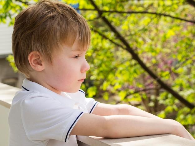 Взгляд со стороны красивого мальчика смотря снаружи