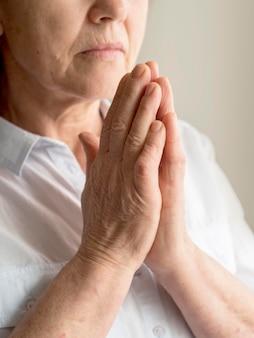 Вид спереди молящейся женщины