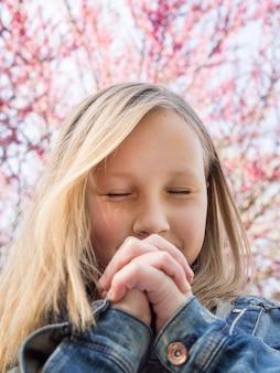 Милая маленькая блондинка молится