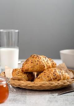 テーブルの上の自家製クロワッサン