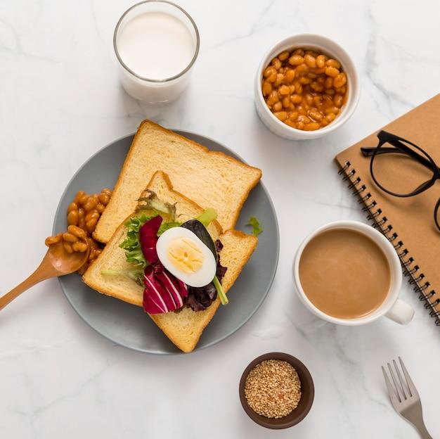 Вид сверху здоровый завтрак с тостами и яйцом