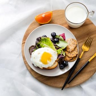 Вид сверху вкусный завтрак с яйцом и молоком