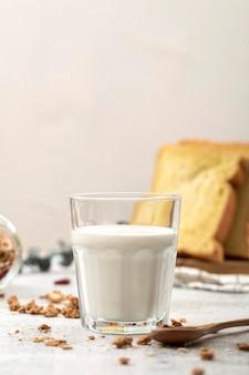テーブルの上の牛乳の正面図ガラス