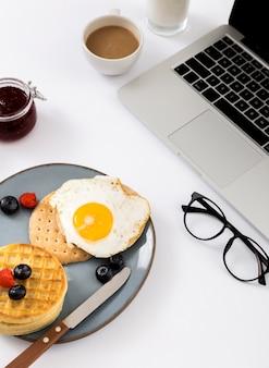 Вкусный завтрак с вафлями и яйцом