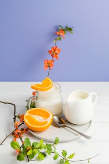 ハイアングルヨーグルトとスライスしたオレンジ