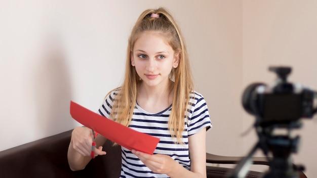Средний снимок девушки резки бумаги