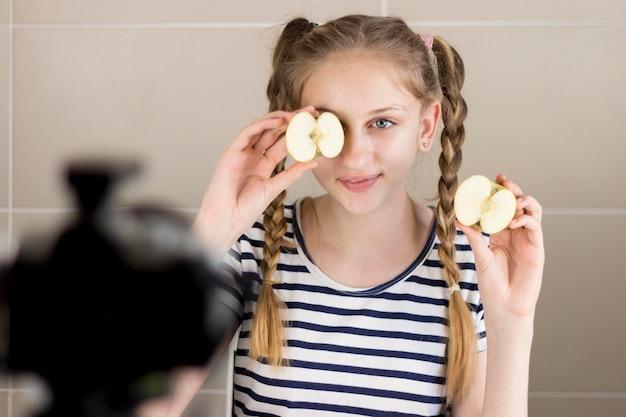 Средний снимок девушка держит яблоко