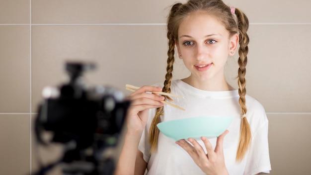 Средний снимок девушка держит миску