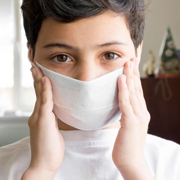 マスクを持つクローズアップ少年