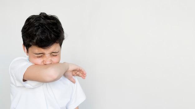 くしゃみをするコピースペースの少年