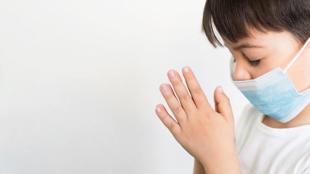 コピースペースの小さな男の子の祈り