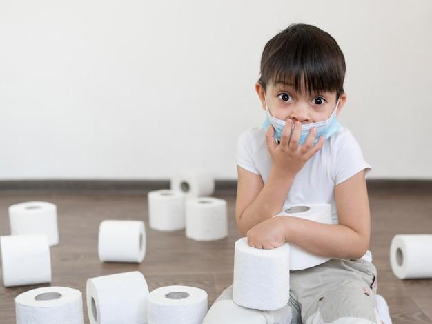 トイレットペーパーで遊ぶ少年