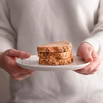 Макро хлеб на белой тарелке