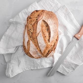 Вид сверху хлеб на белом полотенце