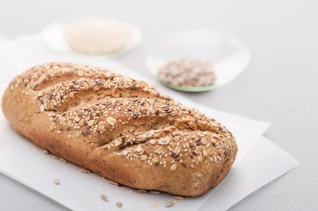 Пищевой ассортимент с хлебом под большим углом