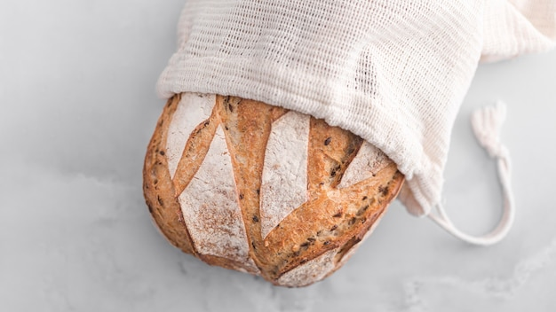 Плоский хлеб на мраморном столе