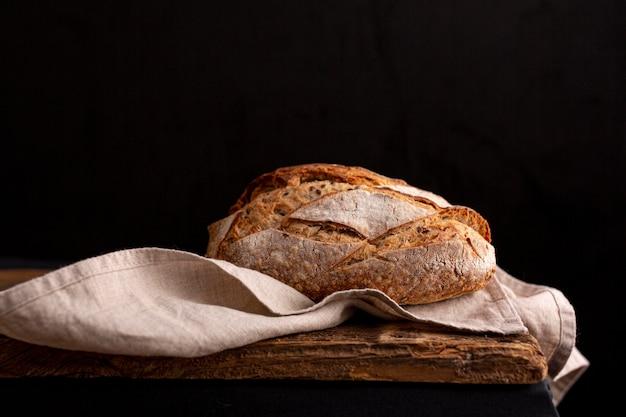 Вкусный хлеб на полотенце