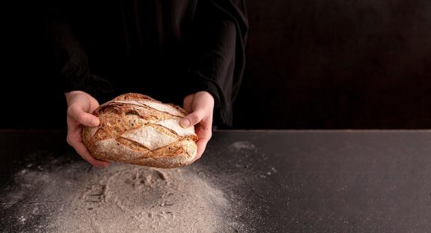 Крупным планом руки делают тесто