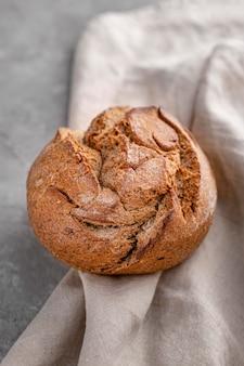 Высокий угол хлеба на белом листе