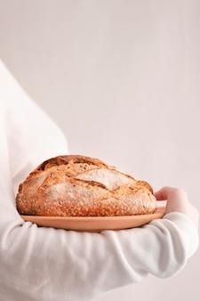 Боковой вид хлеба на тарелке