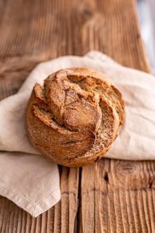 Выше вид хлеба на ткани