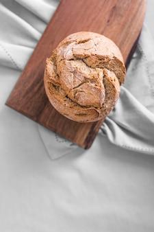 Вид сверху хлеб на разделочной доске
